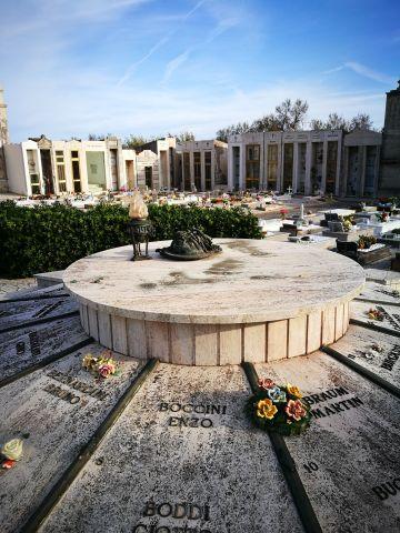 Furto al cimitero: rubata e distrutta la scultura di Nado Canuti